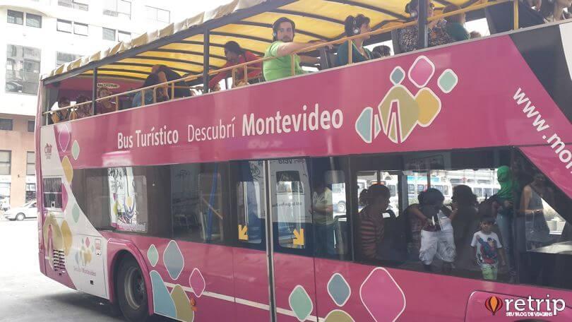 Entre os meios de transportes em Montevidéu encontra-se os ônibus turístico