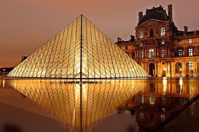 pirâmide do louvre sob a noite